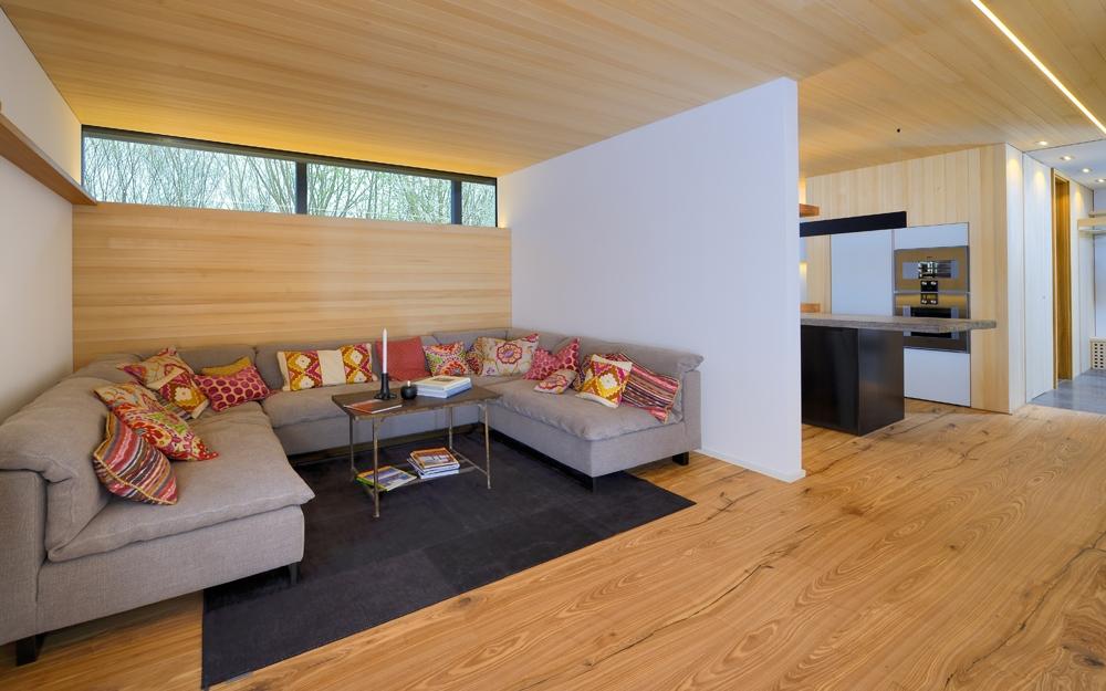 Wohnzimmer im designhaus alpenchic von baufritz for Holzhaus modern innen