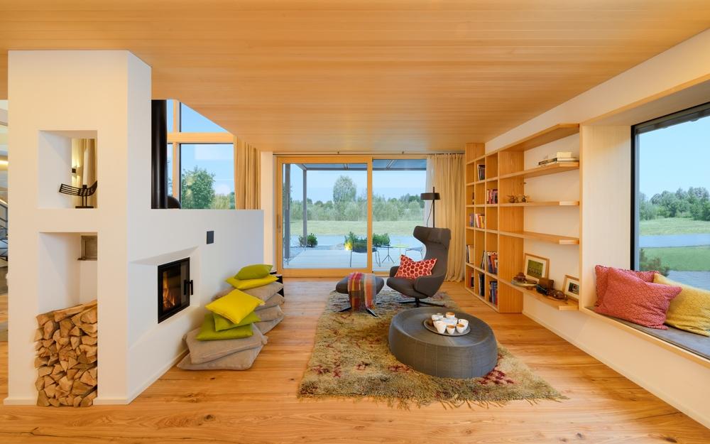 Wohnzimmer im designhaus alpenchic von baufritz - Wohnzimmer architektur ...