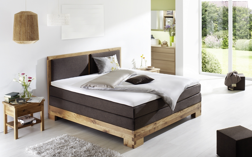 boxspringbett aus markantem massivholz lifestyle und design. Black Bedroom Furniture Sets. Home Design Ideas