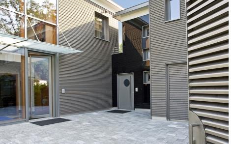 Moderner eingangsbereich vom luxushaus tessin von baufritz for Eingangsbereich haus modern