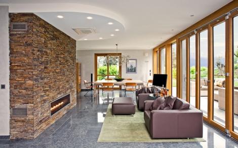 wohnraum mit offenem kamin im luxushaus tessin von baufritz, Wohnzimmer dekoo