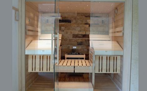 Sauna mit Glasfront von SAWESA Wellness | Lifestyle und Design