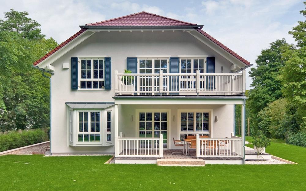 Wei e sprossenfenster der landhaus villa von baufritz for Landhaus bauen