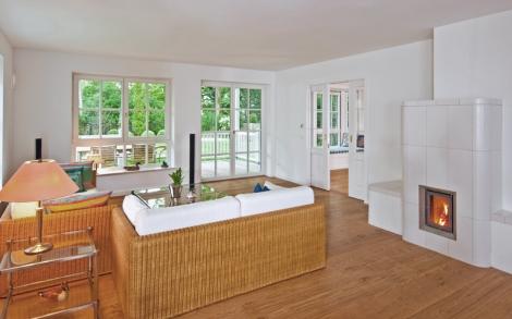 Wohnbereich mit kaminofen in der landhaus villa von for Kaminofen landhaus
