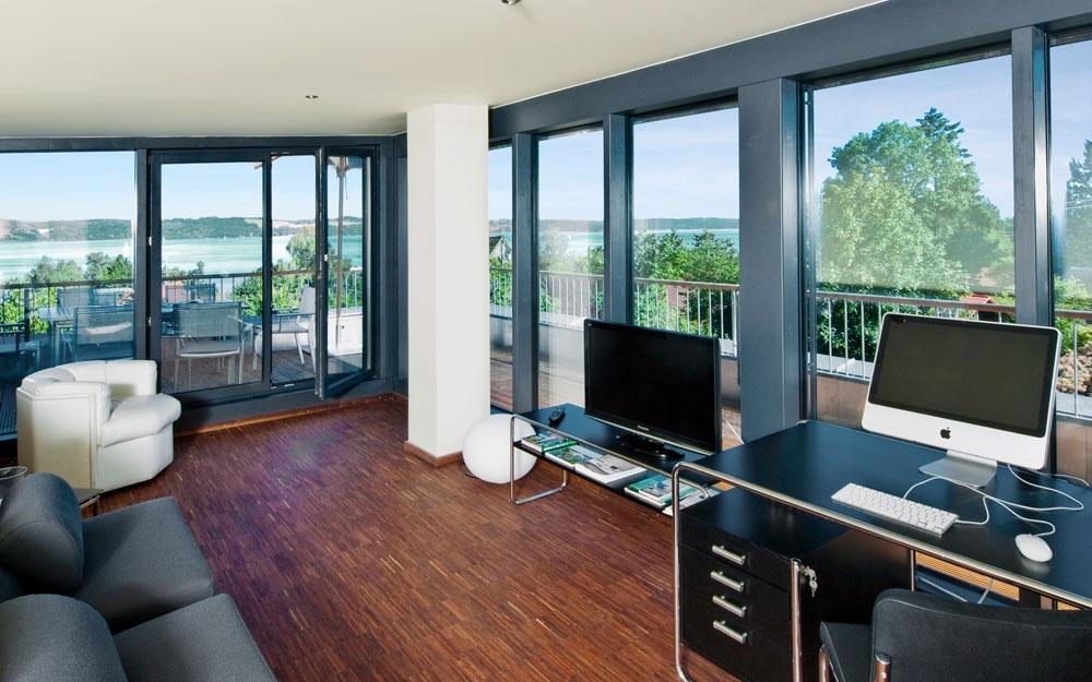 zimmer mit aussicht im design holzhaus von baufritz lifestyle und design. Black Bedroom Furniture Sets. Home Design Ideas